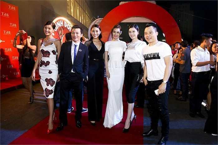 Linh Chi, một trong những chân dài góp mặt trong phim và các đồng nghiệp tại công ty Venus.