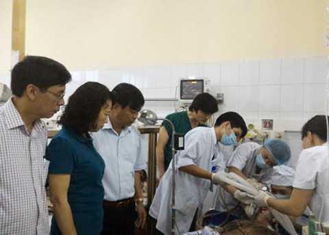 Nạn nhân đang được cấp cứu tại Bệnh viện Đa khoa tỉnh Quảng Ninh