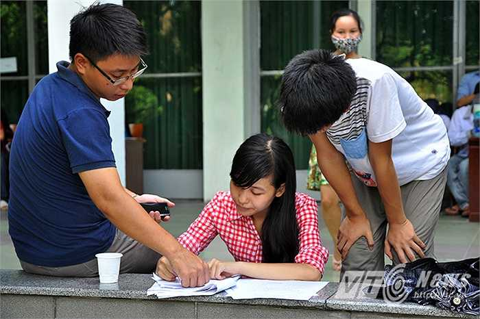 Hôm nay 20/8 là ngày cuối cùng của việc xét tuyển ĐH, CĐ đợt 1. Ngày cuối lượng thí sinh và phụ huynh đổ về các trường vẫn trong tình trạng 'Đông như hội'. Sự căng thẳng và lo lắng không chỉ đến từ phía các em học sinh mà còn đến từ phía những bậc phụ huynh.