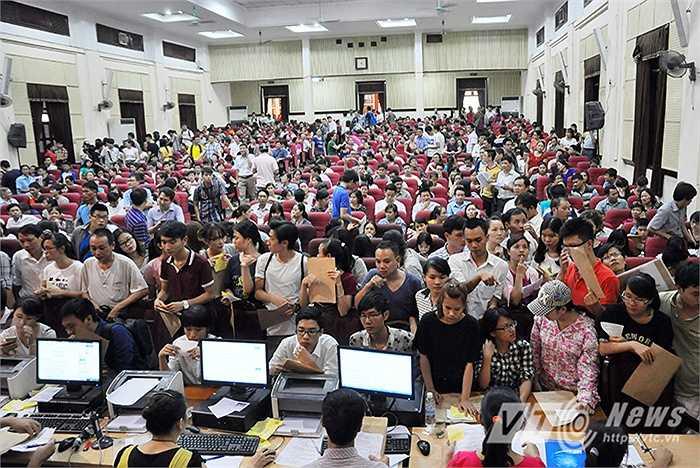 Khoảng 4h chiều, 1 tiếng trước giờ chốt nộp hồ sơ, hội trường của trường ĐH Kinh Tế Quốc dân chật kín sĩ tử và phụ huynh.