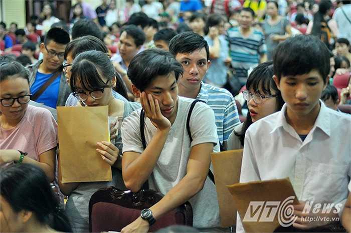 Chú Nguyễn Công Phương (62 tuổi, Thái Bình) cho biết: 'Đã ba ngày nào tôi cũng cùng con gái tới hội trường  để xem điểm và danh sách thí sinh, tính đến giờ đã bán mất 7 tạ thóc rồi.'