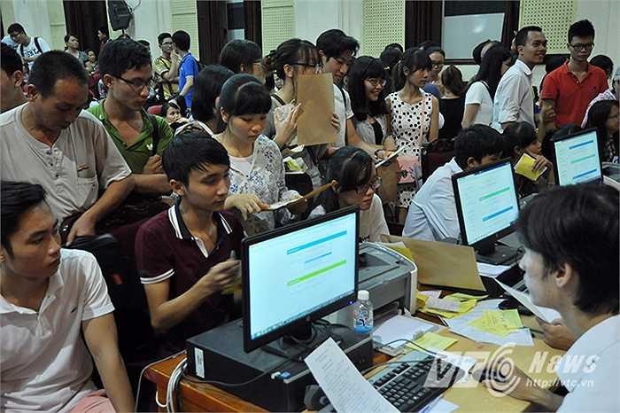 Theo một cán bộ giảng viên của trường ĐH Kinh tế Quốc dân cho biết, toàn bộ hệ thống mạng của trường được ưu tiên để công việc cập nhật hồ sơ cho các em thí sinh được đảm bảo thông suốt.