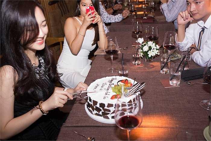 Cùng ngắm thêm những hình ảnh đẹp của Anh Sa trong đêm tiệc sinh nhật: