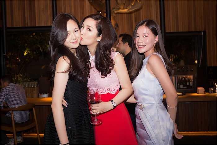 Hai mẹ con Hoa hậu Đền Hùng vô cùng gần gũi.