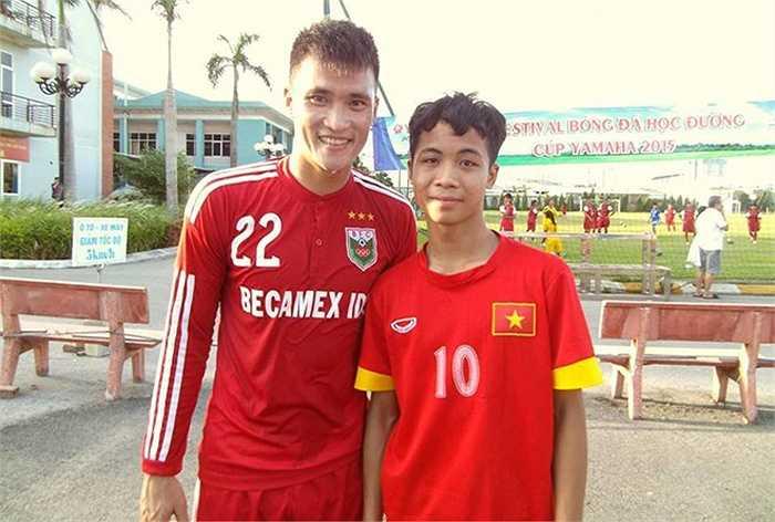 Thanh Bình chụp ảnh kỷ niệm cùng Công Vinh khi tiền đạo B.Bình Dương ra Hà Nội thi đấu. (Ảnh: Facebook)