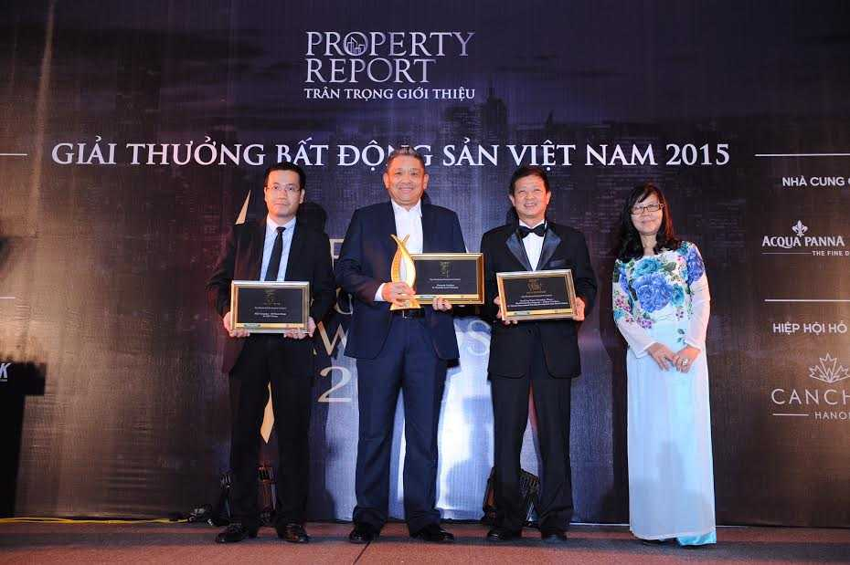 Ông Cheong Ho Kuan (ở giữa) nhận giải thưởng Bất động sản Việt Nam 2015