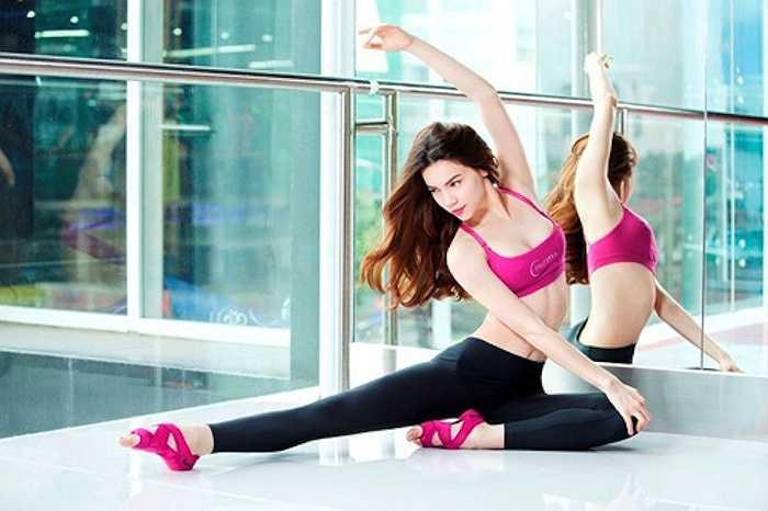 Ai cũng biết, Hà Hồ là một trong số ít sao Việt có khả năng thực hiện những động tác yoga khó và đẹp mắt.
