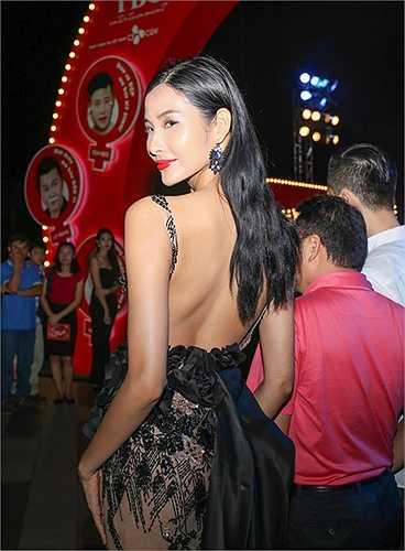 Chiếc váy xuyên thấu mà NTK Hoàng Hải làm cho Hoàng Thuỳ rất tinh tế và tỉ mỉ trong từng chi tiết.