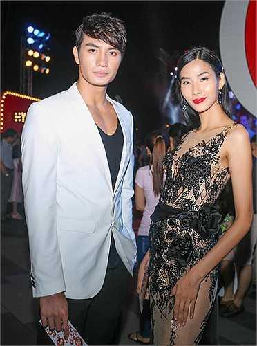 Trên thảm đỏ, Hoàng Thuỳ chụp ảnh cùng Mister Nguyễn Văn Sơn, anh chàng này đang có nhiều dự án quan trọng trong thời gian sắp tới, đặc biệt là dự án phim của đạo diễn Ấn Độ gốc Việt.