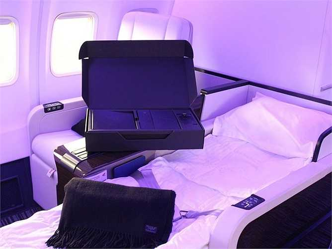 Ghế da có thể gập ra thành giường, hành khách được trang bị chăn