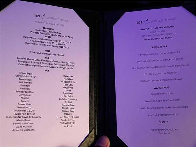 Trên máy bay có thực đơn gồm đồ ăn, đồ uống tùy chọn với đa dạng lựa chọn