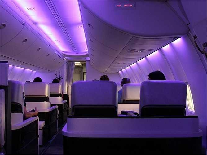 Hệ thống ánh sáng dịu mát trong khoang tạo sự thoải mái. Không gian rộng, chỗ ngồi ít, hành khách cảm thấy mọi thứ dễ chịu