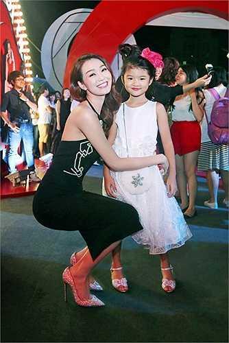 Khánh My tinh ý nhìn thấy cô con gái Bảo Tiên của nam diễn viên cũng đến cùng lúc với cô để chúc mừng cho thành công của bố.