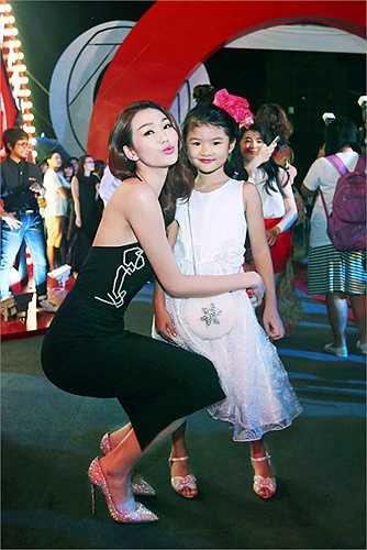 Khánh My và Bảo Tiên ngay lập tức làm thân và chụp ảnh kỉ niệm cùng nhau.