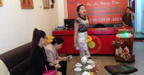 Bà Nguyễn Thị L. (thứ hai từ trái sang) nhận lại tiền đã nộp vào cơ sở Ngọc Hải.