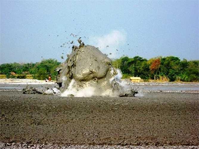Du khách có thể đứng chứng kiến cách 10-20m, bởi núi lửa bùn không nguy hiểm như núi lửa phun trào mắc ma
