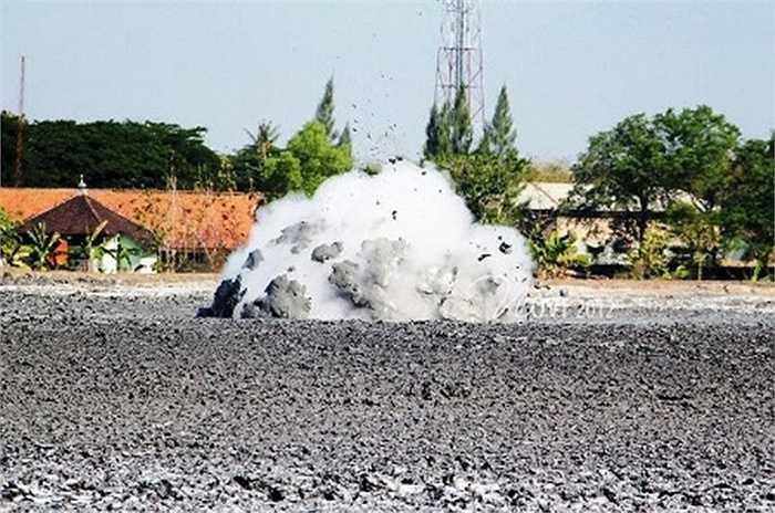 Sau khi lớp cặn bùn được phun ra khô lại, người dân có thể lấy muối ở trên bề mặt để bán