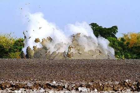 Núi lửa bùn là một trong những dấu hiệu cho thấy sự có mặt của các bồn dầu và khí dưới lòng đất