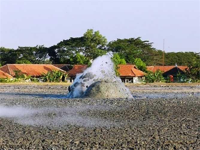 Núi lửa bùn có thể hoạt động mãnh liệt sau 10-20 năm sẽ có đợt phun khói, bùn lớn