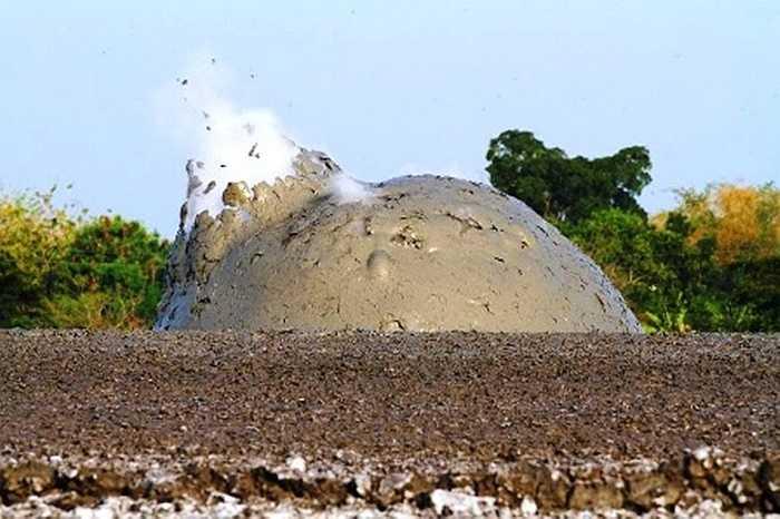 Cận cảnh núi lửa bùn phát nổ, với bùn văng khắp nơi kèm đó là khí trắng bay lên