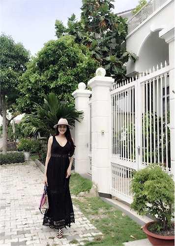 Trang Nhung khoe dáng gợi cảm sau khi sinh con đầu lòng.