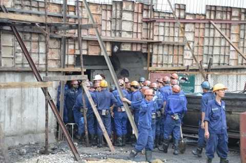 Lực lượng cứu nạn, cứu hộ đang tích cực tiếp cận được khu vực xảy ra sự cố để tìm kiếm nạn nhân mắc kẹt trong vụ sập lò than.