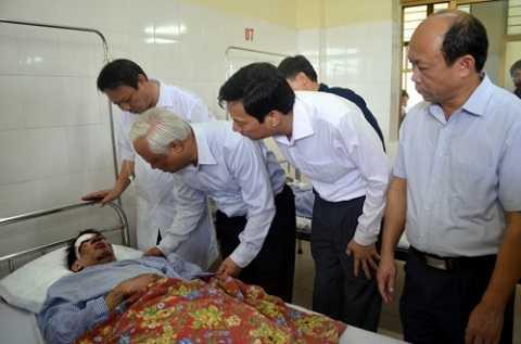 Ông Uông Chu Lưu, Phó chủ tịch Quốc hội đến thăm nạn nhân vụ sập hầm lò tại bệnh viện.