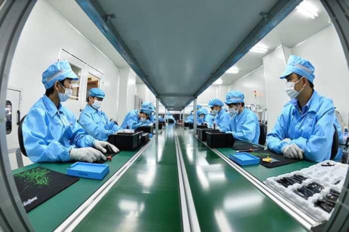 Tiếp đó, đoàn khách được đưa đến nơi lắp ráp điện tử để theo dõi kỹ hơn về các bo mạch của Bphone. Chiếc điện thoại này có tới 10 bo mạch với độ dày chỉ 0,8mm và kích thước 5cm mỗi chiều của Bphone là nơi chứa đựng 600 linh kiện điện tử