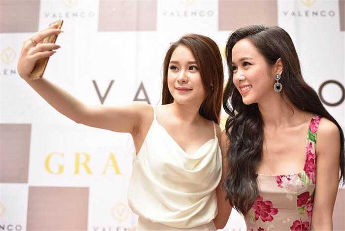 Vũ Ngọc Anh đến chúc mừng NTK trẻ Trang Cherry ra mắt dòng thời trang riêng.