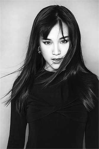 Hoàng Oanh gây chú ý khi tung bộ ảnh mới   cá tính, sắc lạnh đến bất ngờ. Trong bộ ảnh, nữ diễn viên 'Bộ ba rắc rối' chọn set đồ đen tối giản.