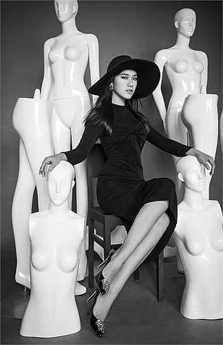 Sau vai cô phóng viên Vy ngây thơ trong phim điện ảnh 'Bộ ba rắc rối', Hoàng Oanh tiếp tục với phim truyền hình 'Khúc hát mặt trời', lần đầu đóng cùng bạn trai Huỳnh Anh. Á hậu đồng thời giữ vai trò MC cho chương trình Giọng hát Việt nhí sau thành công của The Remix.