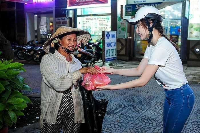 Angela Phương Trinh đã cùng mẹ đi phát cơm cho những người lao động nghèo, người lang thang và người già neo đơn dọc các con phố ở TP.HCM .