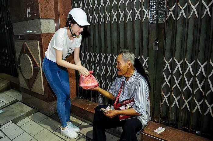 Đây là hoạt động thường xuyên của Angela Phương Trinh, mỗi tháng, cô cùng mẹ hai lần ra đường phát cơm cho người nghèo.