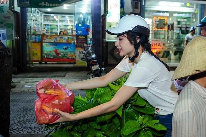 Với chiếc quần jeans và áo sơ mi giản đơn, Angela Phương Trinh mang từng phần cơm đến để trao tận tay cho những người nghèo.