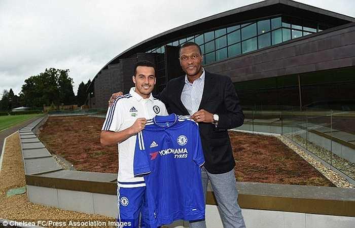 Pedro bên giám đốc kỹ thuật Emenalo của Chelsea