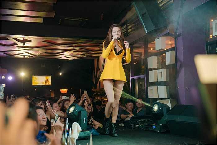 Xuất hiện trong một chương trình tối qua, Hồ Ngọc Hà diện hờ hững nội y, khoe vẻ quyến rũ và đôi chân dài.