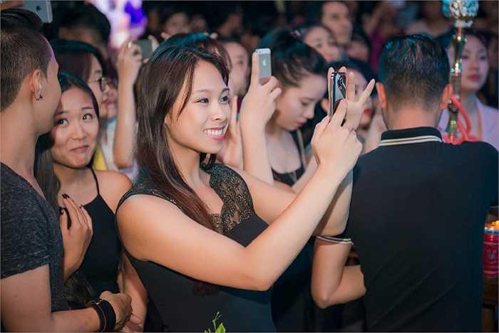 Thùy Linh- chị gái Trọng Hiếu xuất hiện xinh đẹp trong đêm nhạc. Được biết, cô chính là người đã động viên em trai bằng cách tài trợ toàn bộ chi phí bay đi bay về giữa Việt Nam và Đức của Trọng Hiếu, trong quá trình anh thi Vietnam Idol. Cô thậm chí còn được truyền thông trong nước ví là 'vị đại gia giấu mặt' của anh chàng.