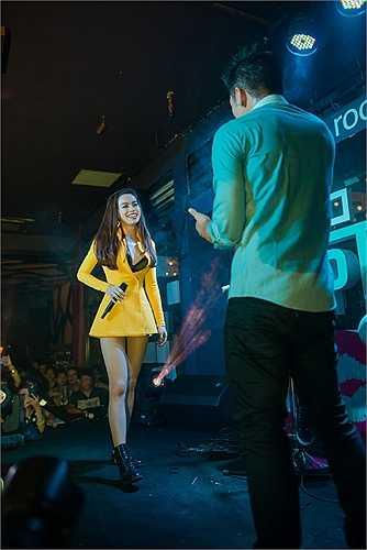 Người đẹp song ca cùng Trọng Hiếu - quán quân Vietnam Idol 2015.