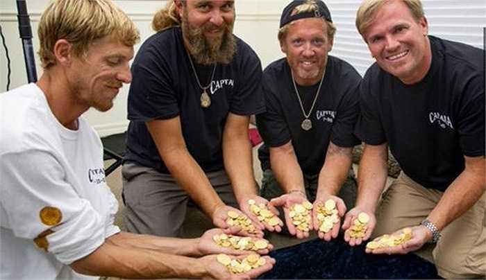 Các thợ lặn vô cùng thích thú khi phát hiện ra xác con tàu bị đắm