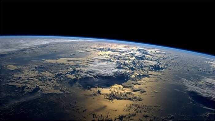 Những đám mây khổng lồ trên mặt biển
