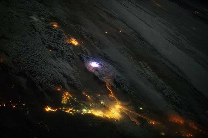 Tia sét (màu trắng sáng) trong cơn giông nhìn từ ISS