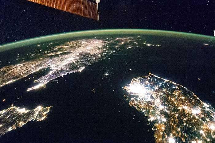 Bán đảo Triều Tiên nửa tối (trên), nửa sáng trong đêm