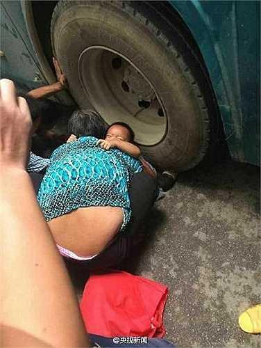 Bé gái không may bị cả chiếc xe buýt to nặng chèn qua chân