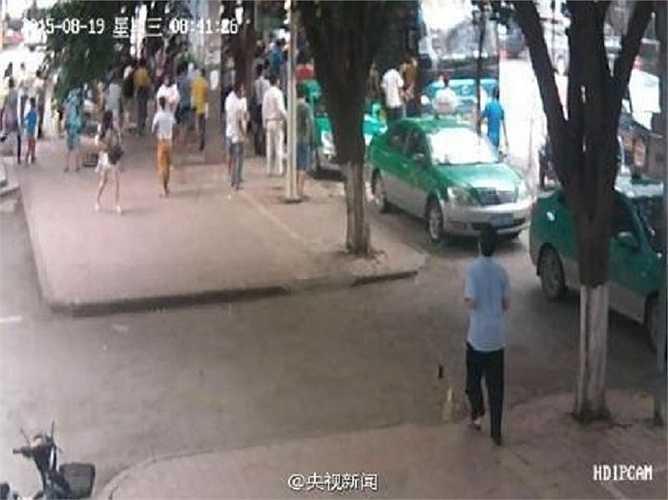 Hồi tháng 5, một cụ bà 76 tuổi ở thành phố Quảng Châu, Quảng Đông cũng bị xe buýt đâm phải và mắc kẹt ở dưới gầm xe. Hàng trăm người đã lao vào đẩy nghiêng chiếc xe cứu sống bà cụ