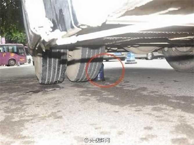 Nhiều người không khỏi hốt hoảng khi nhìn thấy chân bé gái nằm gọn dưới bánh xe buýt