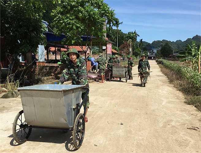 Những chiến sỹ biên phòng nhanh chóng trở thành các 'công nhân vệ sinh môi trường'.