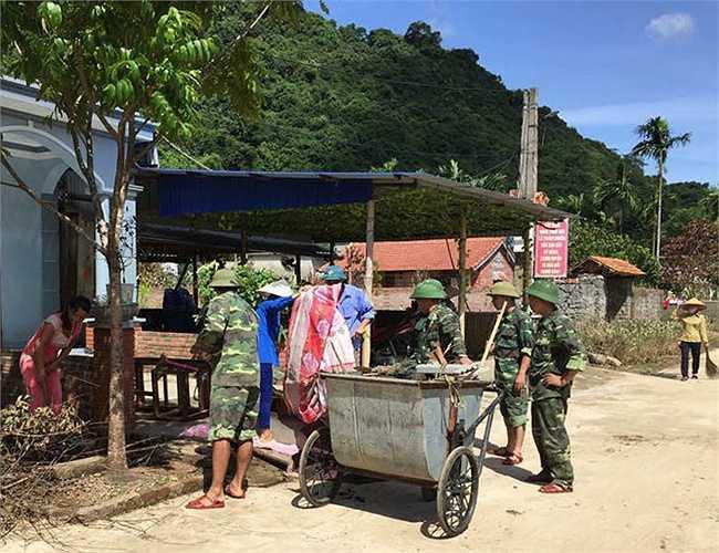 Mỗi tổ 1 xe chuyên dụng đi quét dọn, thu gom rác rưởi dọc làng sau trận mưa lũ lịch sử.