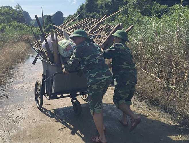 Giữa trời nắng trang trang, các chiến sỹ biên phòng vẫn miệt mài, cần mẫn còng lưng đẩy những chiếc xe rác chất đầy đi tiêu hủy.