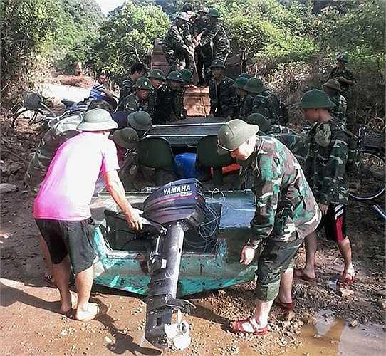 Chuyển chiếc cano về đơn vị để bảo dưỡng sau thời gian hoạt động 'quá sức' phục vụ việc đưa đón nhân dân và các đoàn đến thăm hỏi, cứu trợ tại xã đảo Việt Hải.