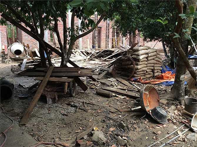 Hàng chục tấn xi măng, cùng các vật tư đang xây dựng nhà cửa bị phá hủy.